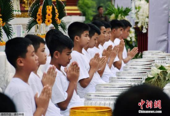 """资料图:泰国""""野猪""""足球队的获救少年。"""
