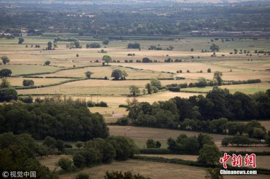 当地时间2018年7月24日,英国,英国遭遇罕见的高温干旱天气,对英国地貌产生巨大影响。土地干枯、水库干涸,绿色的乡村景观变成枯黄一片。英国部分地区今夏以来持续高温干旱,已创下半个世纪以来最干旱夏天的纪录。 图片来源:视觉中国