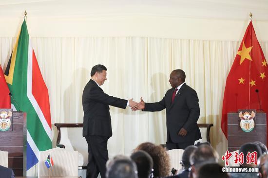 当地时间7月24日,中国国家主席习近平在比勒陀利亚同南非总统拉马福萨举行会谈。图为两国元首共同会见记者。中新社记者 盛佳鹏 摄