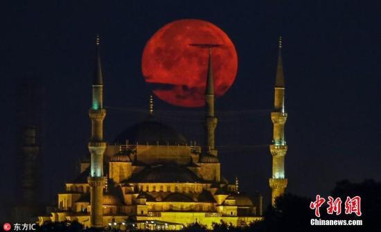 """当地时间2018年7月26日,土耳其伊斯坦布尔,一轮""""超级月亮""""亮相蓝色清真寺上空。图片来源:东方IC 版权作品 请勿转载"""