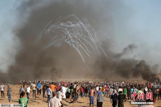 """当地时间7月27日,加沙,巴斯斯坦人继续举行""""回归大游行"""",与以色列士兵激烈冲突,遭到以军催泪弹驱散,造成2名巴勒斯坦人死亡,其中包括一名年仅14岁的少年,另有多人受伤。"""