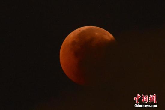 资料图:月全食。 <a target='_blank' href='http://www.chinanews.com/'>中新社</a>记者 麦尚�F 摄