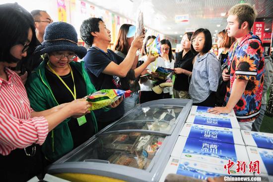 资料图:游客在电商园内选购具有当地特色的产品。 <a target='_blank' href='http://www-chinanews-com.qiangshengjuhua.com/' >中新网</a>记者 富宇 摄
