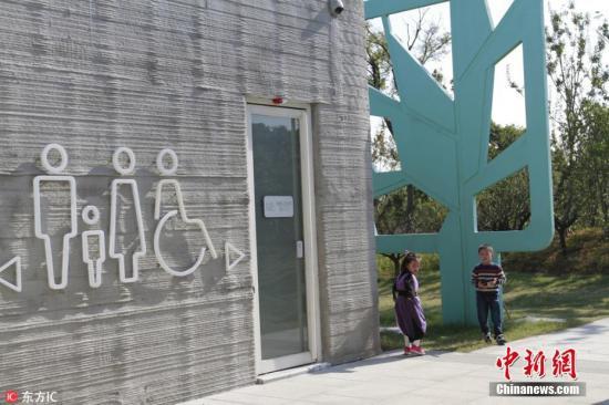 除了参观的游客,孩子们更非常喜欢这座建筑,在旁边奔跑玩耍得很开心。阮传菊 摄 图片来源:东方IC 版权作品 请勿转载