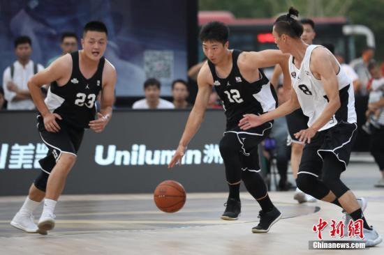 篮球是中国很多南海喜欢的运动。(资料图:2018年7月,NBA5v5精英篮球赛南京站火热开赛。/p中新社记者 泱波 摄)