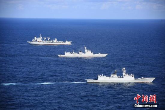 资料图:2018年1月31日,中国海军海口舰在执行第27批护航任务期间,与其他舰艇编队运动。<a target='_blank' href='http://www.isrqz.tw/'>中新社</a>发 李昌寰 摄