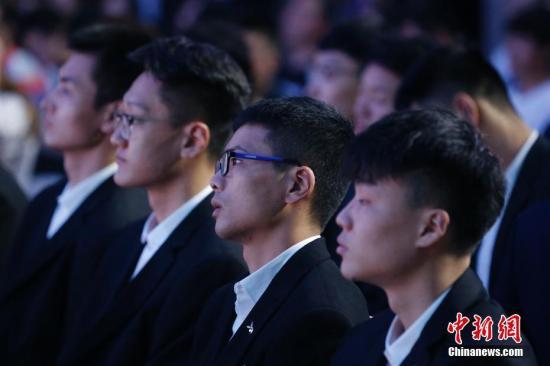 """7月29日,2018年CBA联赛选秀大会在北京举行。吉林九台农商行俱乐部通过与八一富邦俱乐部在CBA联赛历史上首次的选秀权互换,在第一顺位选中了来自NBL联赛河南赊店老酒俱乐部的球员姜宇星,他因此成为CBA联赛历史上第四位""""状元秀""""。共有14名球员在本次选秀中被12家CBA俱乐部选中,人数之多创CBA联赛选秀大会历史纪录,刷新了2017年CBA联赛选秀11人被选的纪录。图为球员在台下等待俱乐部选择结果。中新社记者 韩海丹 摄"""