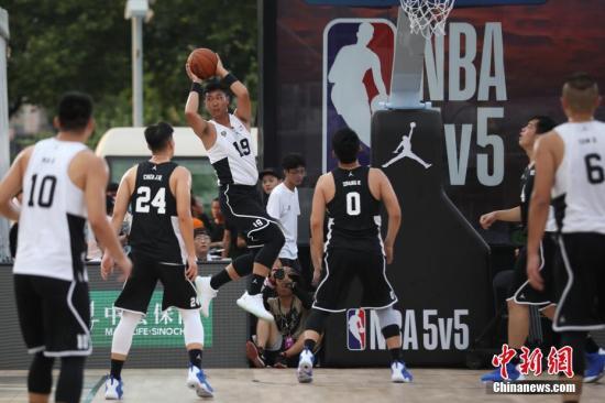 篮球是很多中国年轻人喜欢的运动。(20187月,NBA5v5精英篮球赛南京站火热开赛。/p中新社记者 泱波 摄)