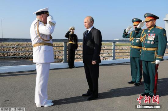 每年7月的最后一个周日都是俄罗斯海军日,为了庆祝这一节日,当地时间7月29日俄罗斯多地举行了盛大海上阅兵式。俄罗斯总统普京当天在圣彼得堡参加了庆祝海军日的海上大阅兵,检阅超40艘军舰。据报道,这不是俄总统首次出席圣彼得堡阅兵活动。普京在阅兵式上说,俄海军成功完成了国防任务,为打击国际恐怖主义作出了重大贡献,在确保战略均势方面发挥了重要作用。参加盛大阅兵式的有波罗的海、北海、黑海舰队和里海区舰队的舰船、潜水舰、快艇、飞机和直升机。参阅的各级别军舰和快艇超过40艘,海军战机38架,海军士兵约4000人。阅兵仪式首先在涅瓦河上开始。参与阅兵的俄罗斯海军人员身着制服,舰船上装饰着旗帜,俄罗斯海军军...