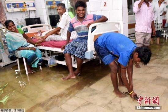 近日印度遭遇暴雨天气,印度巴特那的医院被淹。印度北部地区暴雨引发灾害,北方邦从7月26日以来,已有至少70人丧生。此外,在首都新德里,由于亚穆纳河涨到5年来最高水位,当局紧急从低洼地区撤离了3000人。