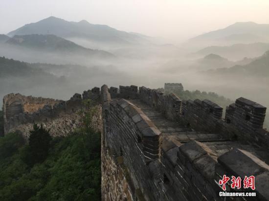 中国用AI+无人机修复 美媒:长城还能存在几百年