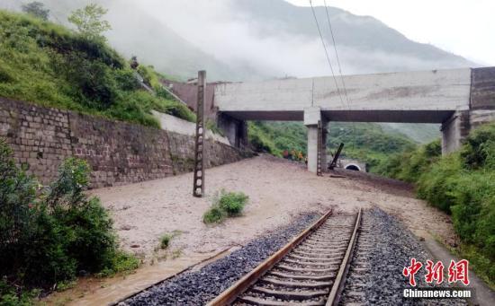资料图:泥石流已将铁路路基掩埋。 袁亮 摄