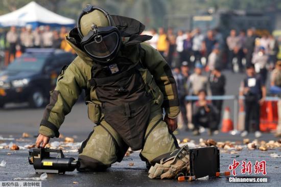 当地时间7月31日,印尼警察和士兵在首都雅加达进行反恐演习,为即将举行的2018年印尼亚运会安保做准备。