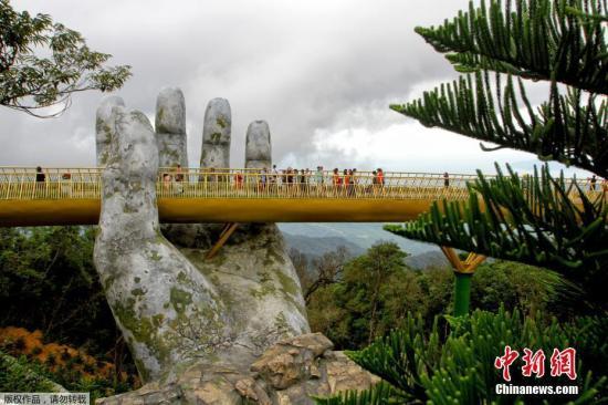 在桥上,游客们可以欣赏无限的美景与雄伟壮阔的巴那山。