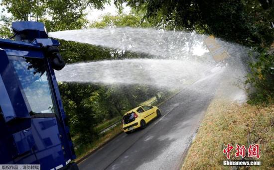 该防暴警车可装载10000公升水,使用奔驰Actros重型卡车底盘改装而成。车体巨大,全长10米,高约3.1米,装满水后重31吨。