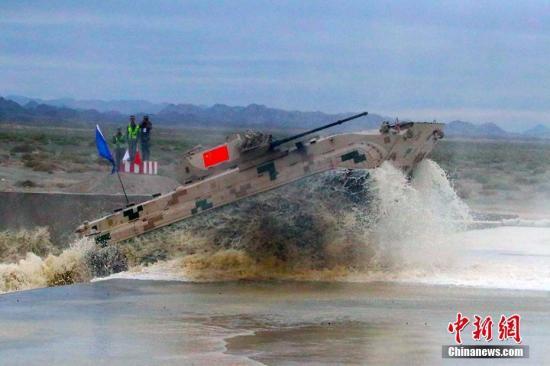 图为7月30日,中国队参赛队选手驾驶步战车驶出涉水场。王小军 摄