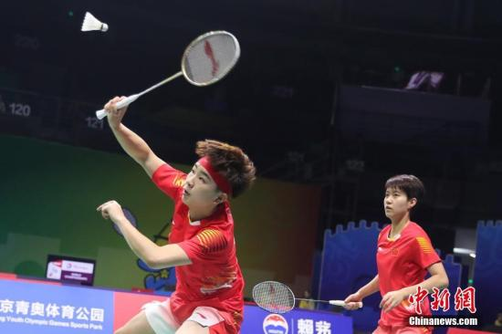 资料图:杜玥、李茵晖在比赛中。中新社记者 泱波 摄