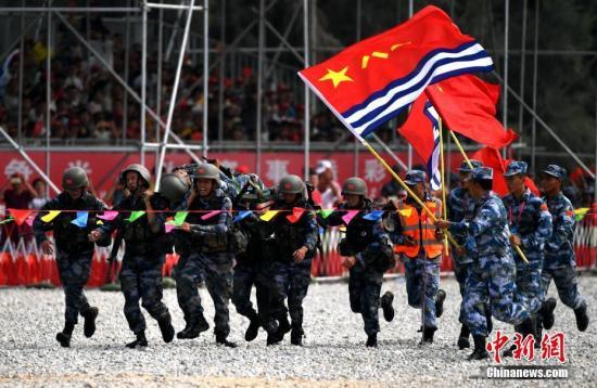 图为中国队员在比赛中。中新社记者 王东明 摄