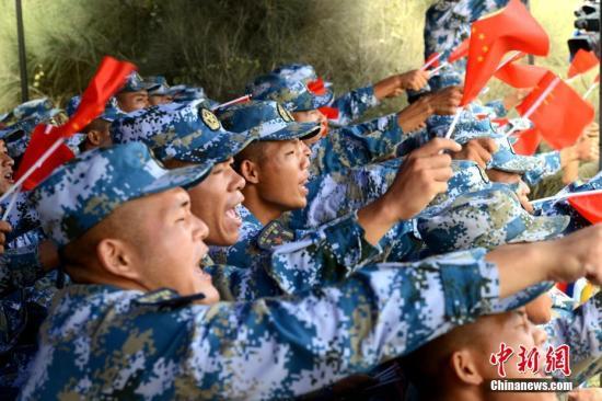 图为中国士兵为各国参赛队加油。<a target='_blank' href='http://www.chinanews.com/'>中新社</a>记者 王东明 摄