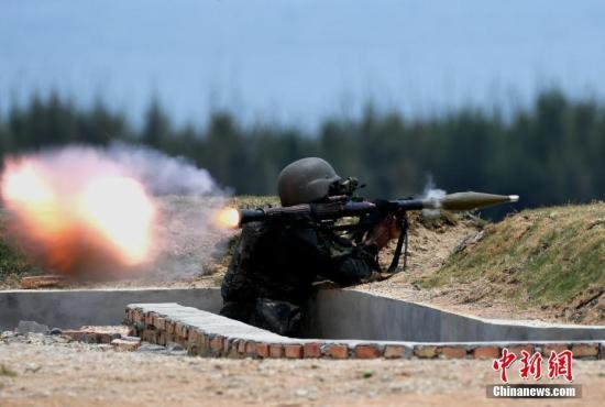 图为参赛队员发射火箭筒。中新社记者 王东明 摄