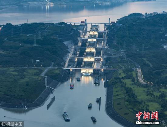 资料图:长江三峡船舶通航。 林森 摄 图片来源:视觉中国