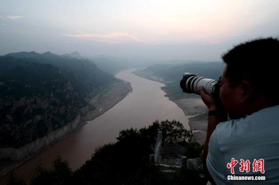 摄影爱好者拍摄长河落日。 王中举 摄