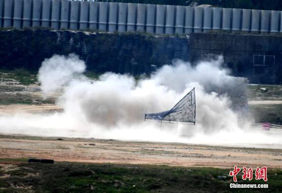 图为炮弹击中目标。中新社记者 王东明 摄