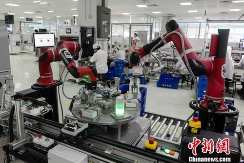 8月2日,长沙威胜电子电表生产车间内众多智能协作机器人正在紧张工作。与传统生产方式相比,该生产线的平均效率提高75%以上,生产运营成本降低20%,质量抽检合格率提升40%以上。/p中新社记者 杨华峰 摄