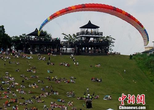 中国公民在马其顿参加滑