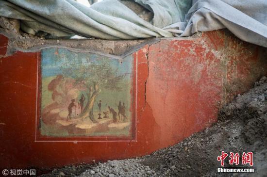 """2018年8月3日,考古人员日前在意大利坎帕尼亚庞贝古城遗址发现新的遗迹""""丘比特之屋""""。其中,人们还发现了几幅保存完好的壁画。庞贝古城在公元79年维苏威火山的喷发中被毁。 图片来源:视觉中国"""