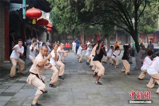 资料图:海外少林弟子展示少林传统拳、少林太极拳、器械等少林功夫,,接受少林僧众的检验。 岳龙 摄