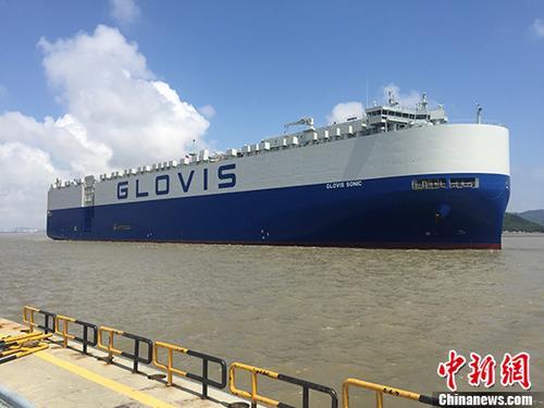 """8月4日17时30分,在宁波舟山港梅山港区梅西滚装码头,一辆辆崭新的国产汽车井然有序地驶入""""GLOVIS SONIC""""滚装船中。据悉,该船是宁波舟山港今年挂靠的首艘外贸滚装船,将装载850辆吉利汽车出口至沙特和埃及。 <a target='_blank' href='http://www.chinanews.com/'>中新社</a>发 陈少清 摄"""