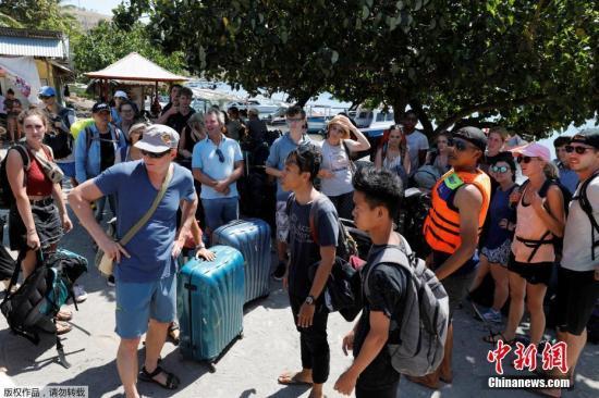 """据外媒报道,印尼地方旅游局代表称,印尼发生地震的龙目岛附近的吉利群岛上,正在疏散出1200名游客。印尼西努沙登加拉省旅游局局长Muhammad Faozal说:""""我们无法将游客一次性撤离,因为船上的位置不够。游客希望离开吉利岛,这可以理解,他们正处于恐慌之中。""""当地时间8月5日晚,印尼西努沙登加拉省龙目岛东北部发生里氏7.0级强震,震中位于该岛北部陆地,震源深度15公里。印尼官方随后发布海啸预警,2小时后解除预警。目击者称,地震非常剧烈,旅游胜地巴厘岛上有震感。最新消息显示,地震遇难人数达142人,200多人重伤。地震导致数千栋房屋被毁,龙目岛电力供应中断。"""