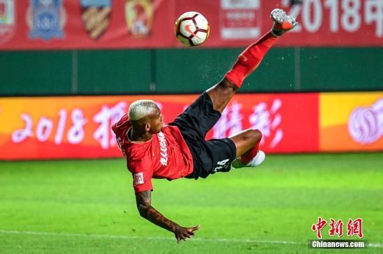 资料图:广州恒大球员塔利斯卡在比赛中倒钩射门。中新社记者 陈骥旻 摄