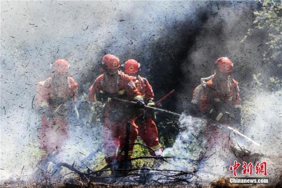 """""""三伏天""""气温不断升高,甘肃武警陇南市森林支队的战士们顶着烈日开展实战型灭火救援演练。此次官兵们在酷暑天气下实战化灭火综合演练,旨在提高复杂条件下扑灭森林火灾的能力。图为清理烟点。 李靠军 摄"""