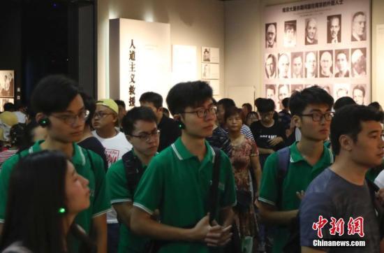 """8月7日,来自香港大学、香港中文大学等11所香港高校的47名香港大学生走进侵华日军南京大屠杀遇难同胞纪念馆,参观展览、了解历史,并向南京大屠杀死难者献花,缅怀逝者。据悉,由他们组成的2018""""未来之星・从香港出发――江苏家国情怀之旅""""日前走进江苏,参访南京和南通两地。 <a target='_blank' href='http://www.chinanews.com/'>中新社</a>记者 泱波 摄"""
