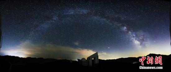 图为银河系下的LAMOST――国家天文台。 <a target='_blank' href='http://www.chinanews.com/'>中新社</a>发 中科院国家天文台 摄