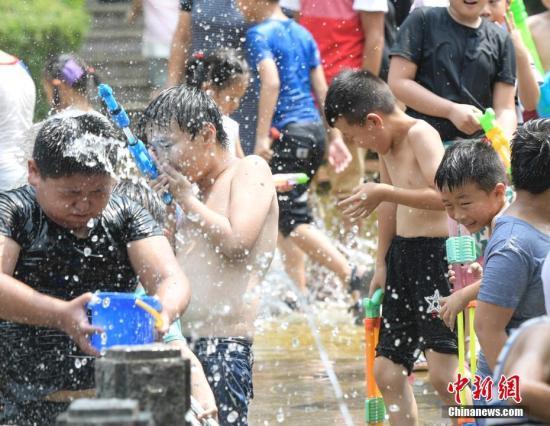 资料图:高温天气,民众泉水边纳凉 。 <a target='_blank' href='http://www.chinanews.com/'>中新社</a>记者 张勇 摄