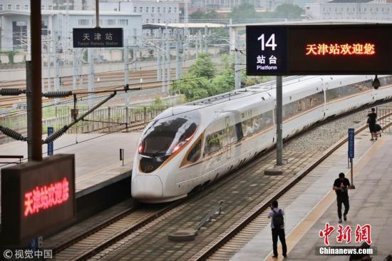 2018年8月8日起,京津乡际铁路起头施行新的列车运转图,再起号动车组正在京津乡际铁路根据时速350时速达速运转。别的,京津乡际开止列车数目也由108.5对增长至136对,北京北站至天津站列车运转工夫由35分钟紧缩至30分钟。图为列车抵达天津。 秦然 摄 图片滥觞:视觉中国