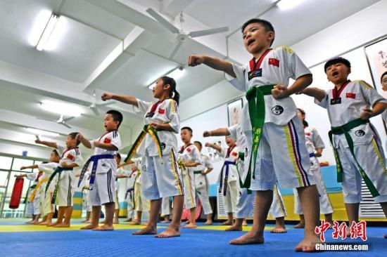资料图:2018年8月8日,河北省廊坊市安次区极速跆拳道馆的学员在进行跆拳道表演。 中新社记者 宋敏涛 摄