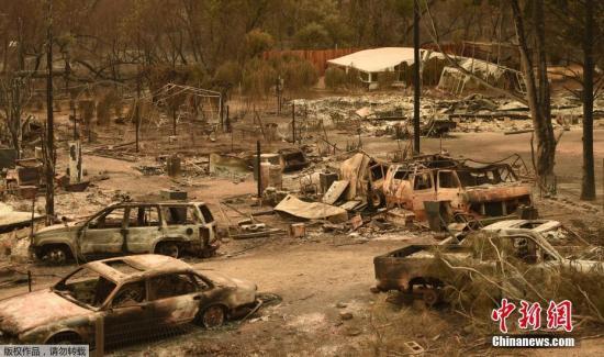 资料图:加州大火过后一片狼藉,汽车都变成废铁。