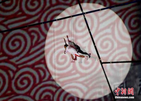 每届奥运会的点火仪式都力求精彩独特,毫无疑问,北京奥运会做到了。在投射灯的聚焦下,手持奥运圣火的李宁踩着太空步,绕鸟巢一周,这一刻李宁像极了登上月球的阿姆斯特朗,他的每一小步,都是中国在奥运历史上的一大步。 记者 任晨鸣 摄