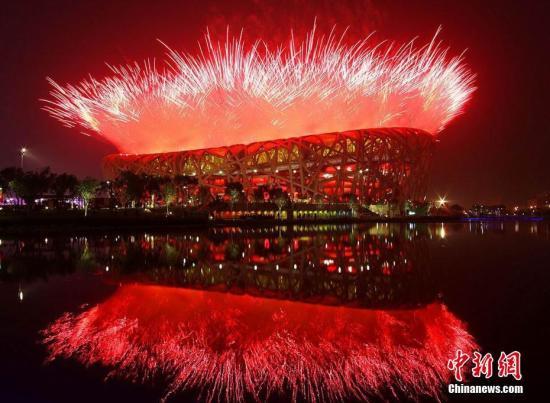 资料图:北京奥运会开幕式,巨大华丽的烟火表演在鸟巢上空达到高潮,北京为全球观众献上了一出极为壮观的视觉盛宴。 中新社发 孙洪杰 摄