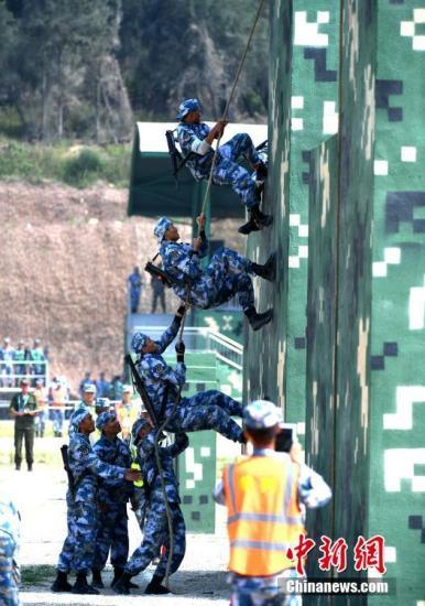 """8月9日,""""国际军事比赛―2018""""海上登陆赛完成了全部项目的比赛。裁判委员会赛后召开裁判会议,最终确定中国参赛队获得本次海上登陆赛团体冠军。图为7月30日,中国队进行海上登陆赛障碍赛。 <a target='_blank' href='http://www.chinanews.com/'>中新社</a>记者 王东明 摄"""