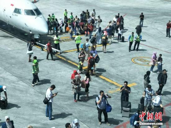 北京时间8月9日13时25分左右,印尼龙目岛再次发生地震。记者在龙目岛机场候机时,感到候机厅剧烈晃动几秒钟,机场马上将等待登机的乘客疏散到停机坪。 林永传 摄