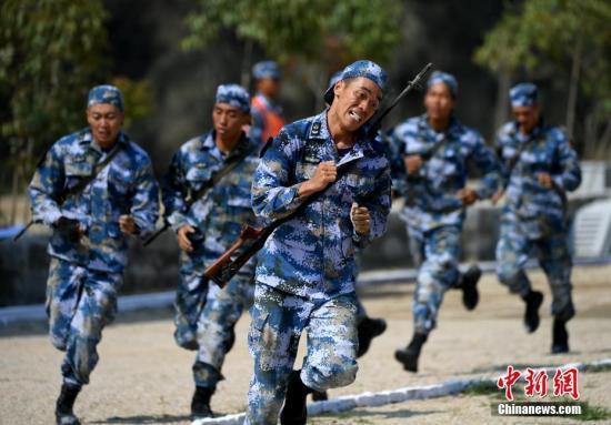 图为7月30日,中国队进行海上登陆赛障碍赛。 <a target='_blank' href='http://www.chinanews.com/'>中新社</a>记者 王东明 摄