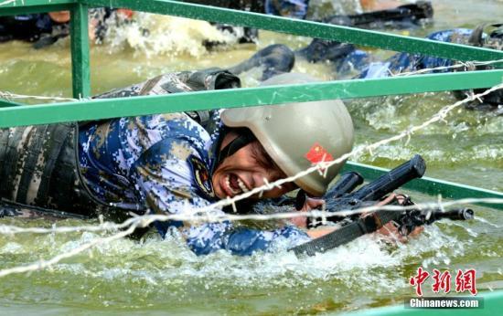 图为8月2日,中国队进行海上登陆赛求生赛。 <a target='_blank' href='http://www.chinanews.com/'>中新社</a>记者 王东明 摄