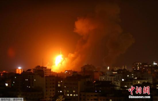 加沙地带安全人士称,以色列战机发射数枚导弹,轰炸了加沙城西部一处人口稠密区的一栋5层楼房。