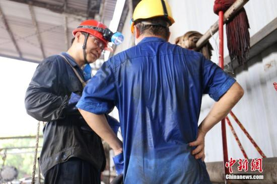 广西铁路洗罐工50℃下工作,两分钟呼唤一次确认安全。在罐内作业10分钟后,衣服就已经全部湿透。 谢耘 摄