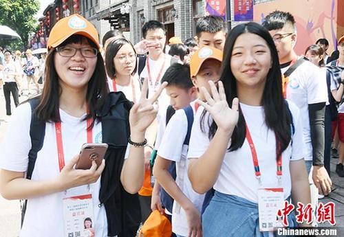 """8月10日,第六届海峡青年节活动之""""榕台缘•一家亲""""在台福州乡亲年轻一代寻根行活动在福州三坊七巷严复书院开幕。来自台湾台北、新北、台中、高雄、屏东等县市共33名台湾乡亲年轻一代大、中学生参加本次活动。图为在台福州乡亲年轻一代青年学生参观福州三坊七巷,展开寻根之旅。 中新社记者 刘可耕 摄"""